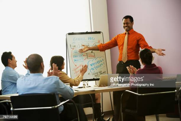multi-ethnic businesspeople having meeting - exhibitionniste photos et images de collection