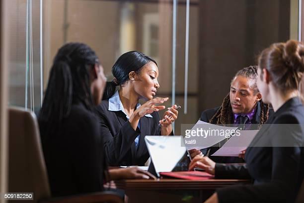 Multi -ethnic ビジネスマンのボードルームのミーティング