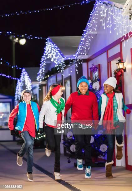 冬の祭りで多民族の子供たち