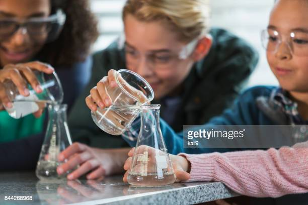 Multi-etnische kinderen in science lab