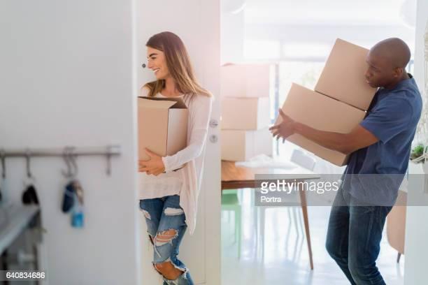 Uitvoering van de multi-etnische paar dozen in nieuwe woning