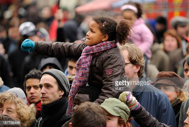multi-ethnic crowd participating in an anti-racism protest - sociale rechtvaardigheid stockfoto's en -beelden