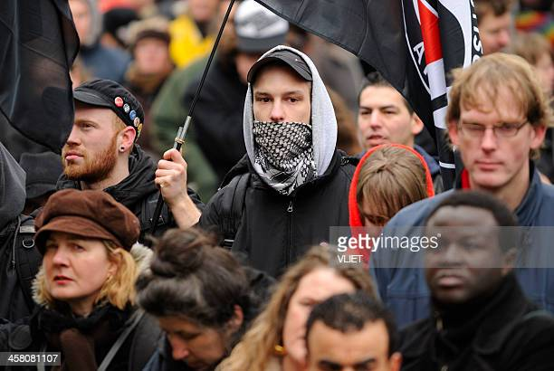 multi-ethnic crowd participating in an anti-racism protest - anti racisme stockfoto's en -beelden