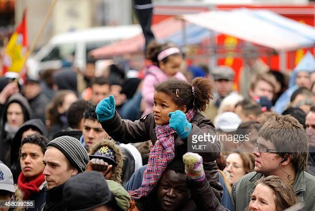 multi-ethnique dans une foule participant à la lutte contre le racisme manifestation - antiracisme photos et images de collection