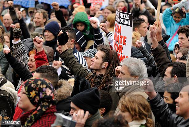 multi-ethnic crowd participating in an anti-racism protest - anti racism stockfoto's en -beelden