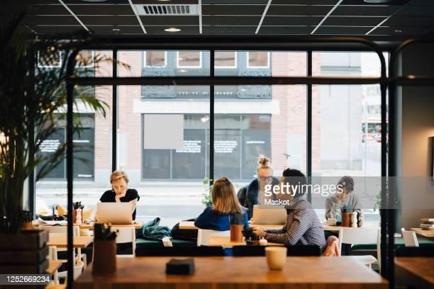 multi-ethnic customers sitting in coffee shop - vijf personen stockfoto's en -beelden