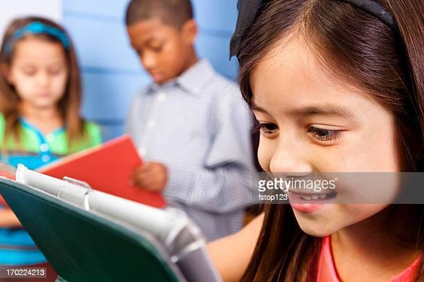multi-étnico fundamental aos alunos. crianças. digital tablet close-up. escola sala de aula. - 6 7 anos - fotografias e filmes do acervo
