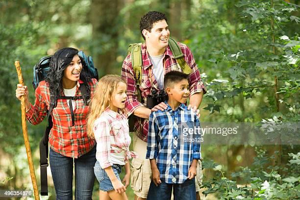 Familia multiétnica excursionismo, viajar como mochilero al aire libre en un parque nacional.