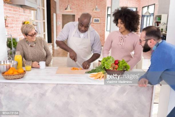 Multi-etnische familie diner samen voorbereiden