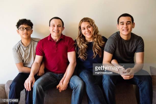 """multietnisk familj med tonårspojkporträtt. - """"martine doucet"""" or martinedoucet bildbanksfoton och bilder"""