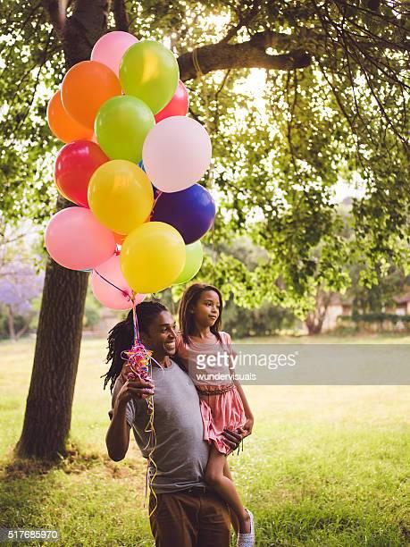 Multi-ethnischen Vater, die Tochter und bunte Ballons in