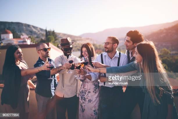 Multi-ethnischen Freunde feiern und Toasten im Landhaus mit Blick