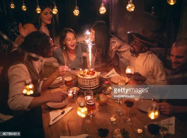 multi-etnische vrienden vieren verjaardag op rusticale hut diner - happy birthday vintage stockfoto's en -beelden