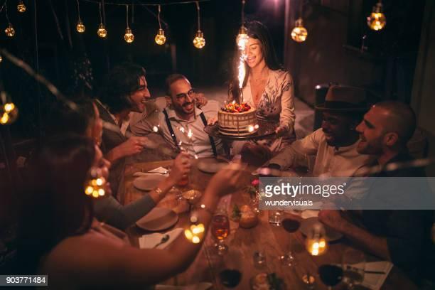 multi-etnische vrienden vieren verjaardag op rusticale hut feest in dorp - happy birthday vintage stockfoto's en -beelden