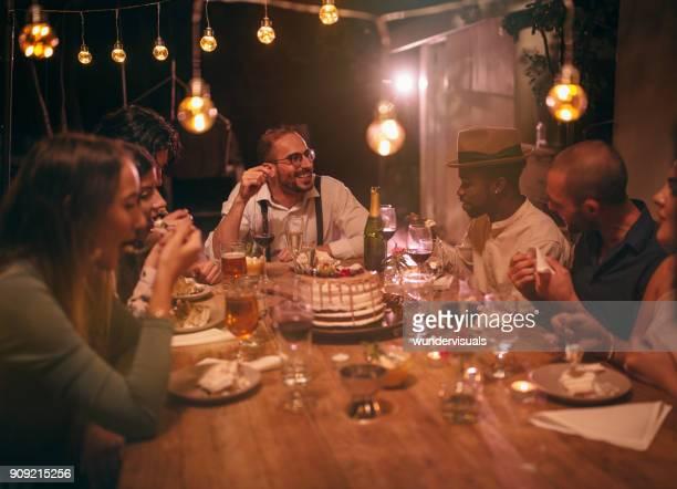 multi-etnische vrienden eten cake van de verjaardag van de gourmet op rustieke diner - happy birthday vintage stockfoto's en -beelden