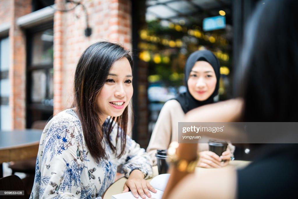 Multi-ethnischen Mädchen mit einem Treffen : Stock-Foto