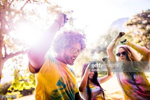 Grupo multiétnico Celebrando Festival de Holi no parque