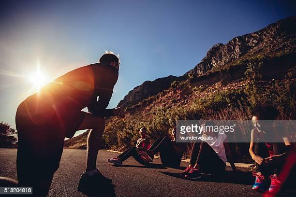 Multi-ethnischen eine Gruppe von Athleten auf dem Pfad der Erholung während der workout-Einheit