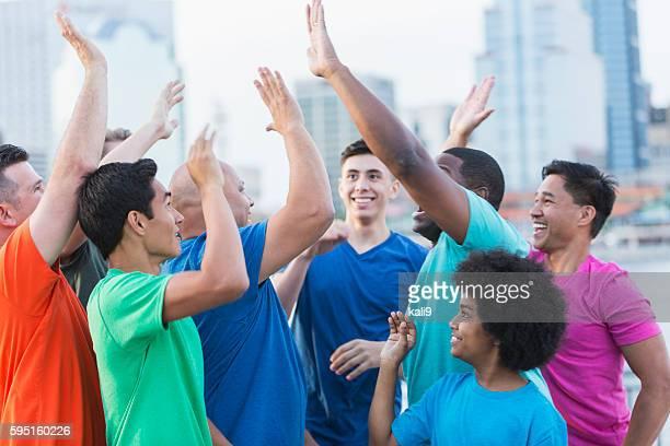 Multi-étnica grupo de rapazes e homens, alto fives