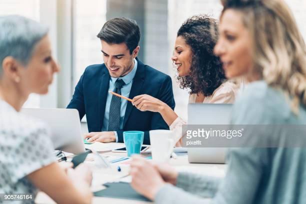 Grupo multiétnico de personas de negocios