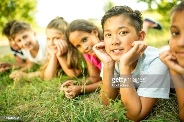 multiethnic group of children - nur kinder stock-fotos und bilder