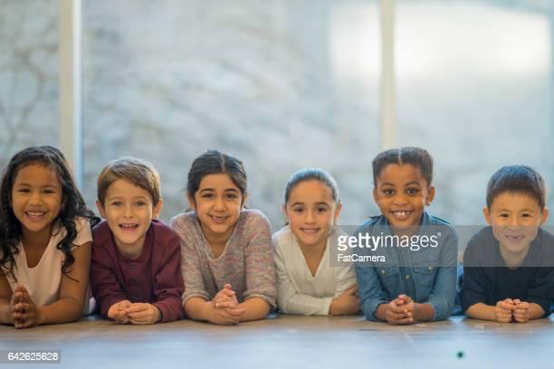 multi-etnische groep kinderen - alleen kinderen stockfoto's en -beelden