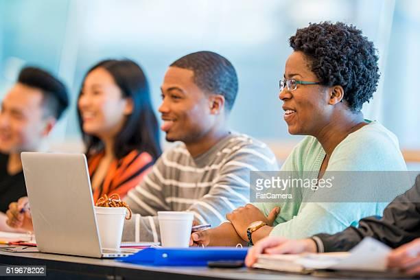 multi-ethnischen eine Gruppe von college-Studenten sitzen