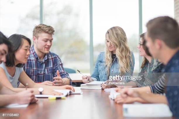 multi-etnische groep van studenten studeren in vergaderruimte - eenmalig evenement stockfoto's en -beelden