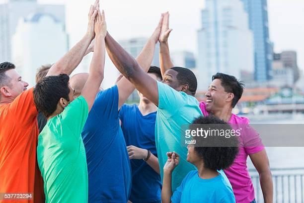 Multi-étnica grupo de pais e filhos, dar mais cinco