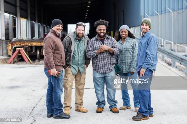 Multi-etnische groep van de vijf arbeiders