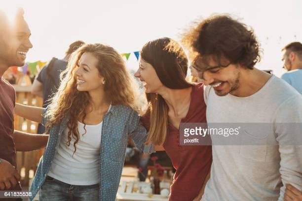 Multi-ethnischen Gruppe von Freunden auf einer Party im Chat