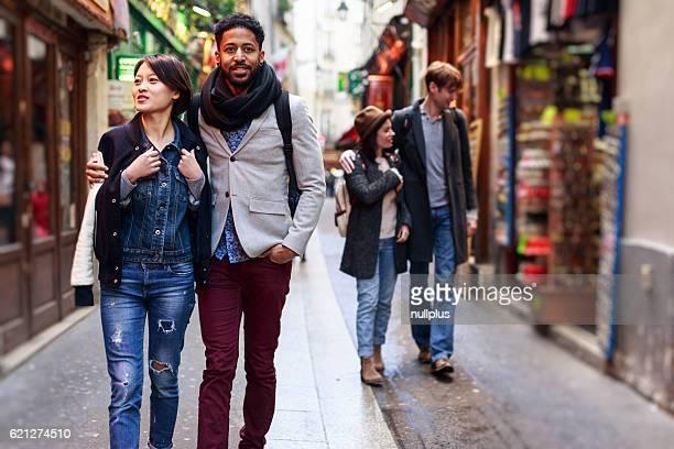 Multi-étnica grupo de amigos a divertir-se em Paris, no O Quartier Latin