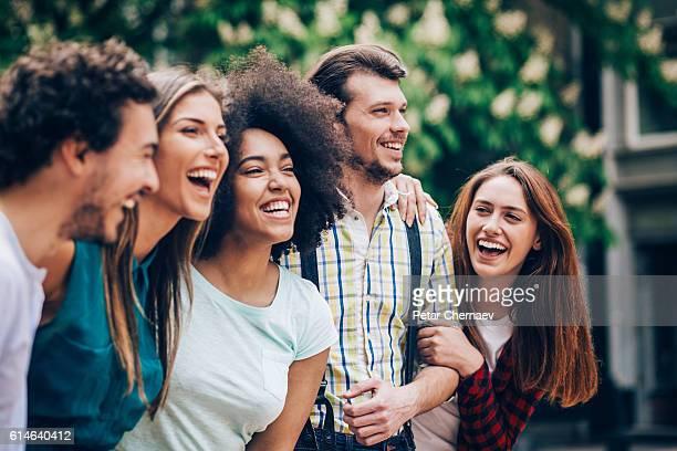 Multi-étnica grupo de amigos