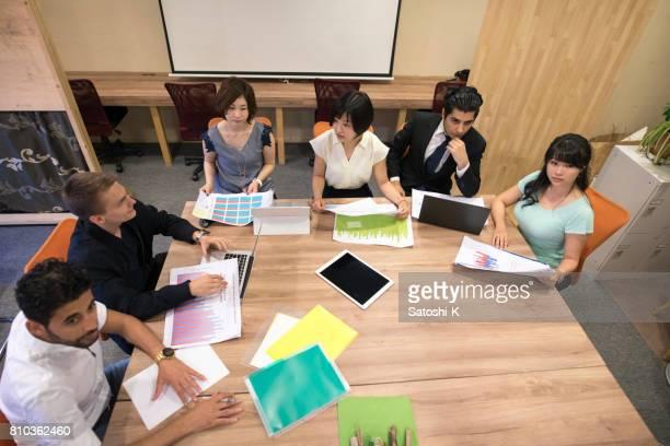 チームのミーティングを持つ人々 の多民族のグループ