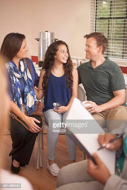 Grupo multiétnico de gente en una sesión de asesoramiento de especialistas.