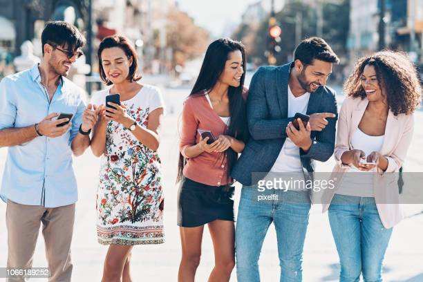 multi-ethnic group of people with smart phones - cinco pessoas imagens e fotografias de stock