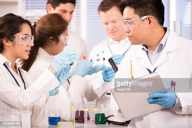 多民族の科学者が研究機関でます。科学の実験ます。