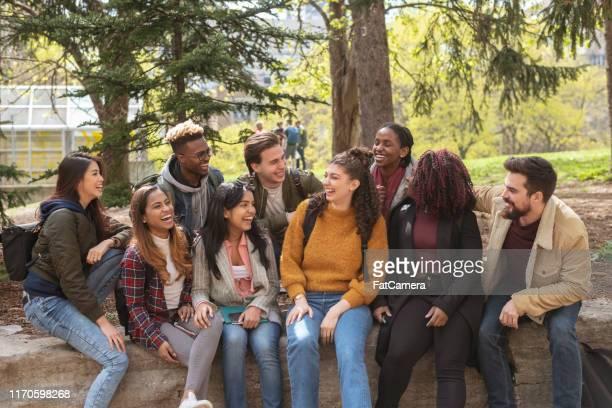 遊ぶ大学生の多民族グループ - 人権 ストックフォトと画像