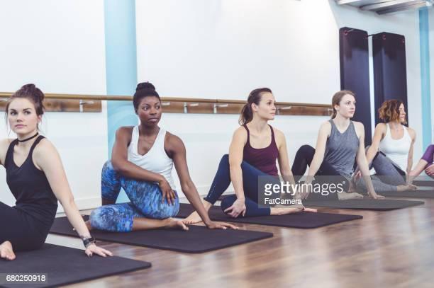 Groupe multi-ethnique de femmes faisant barre d'entraînement