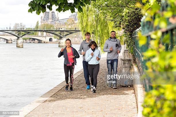 Multi ethnique groupe de jeunes de faire du jogging au bord de la Seine, à Paris