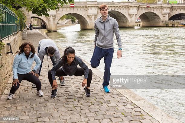 Multi ethnique groupe de jeunes d'étirements Après un jogging, Paris