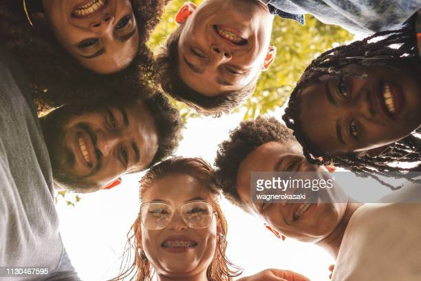 multi-étnica grupo de jovens brasileiras pessoas sorridentes - grupo multiétnico - fotografias e filmes do acervo