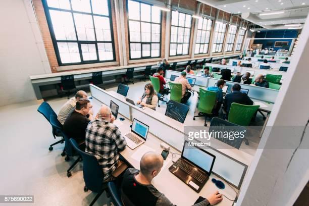 multi-ethnischen gruppe studieren, brainstorming, zusammenarbeiten oder haben einen geschäftstermin. start-up. bringen sie ihre eigenen gerätebereich. offene - bring your own device stock-fotos und bilder