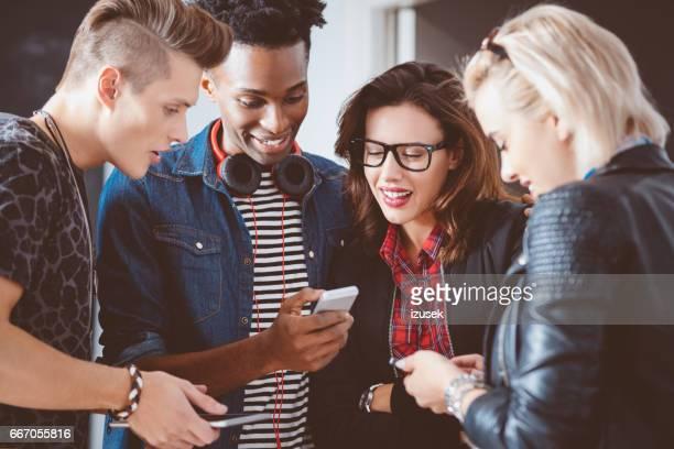 Grupo multiétnico con teléfonos inteligentes