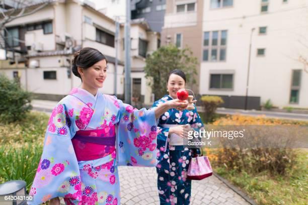 Multi-etnische groep van vrouwen in Kimono Japanse Bilboquet speelgoed spelen