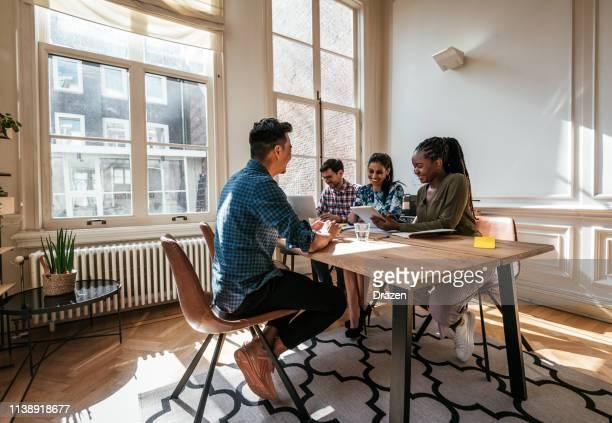 multi-etnisch duizendjarige business team-sollicitatiegesprek met kandidaat voor projectmanager - interview stockfoto's en -beelden