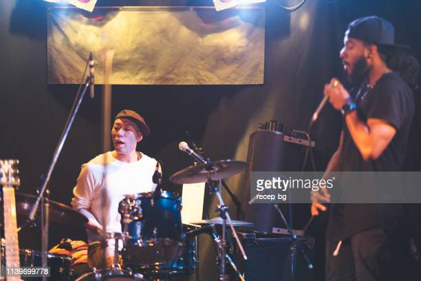 舞台で演奏する多民族音楽パフォーマンスグループ - ギタリスト ストックフォトと画像