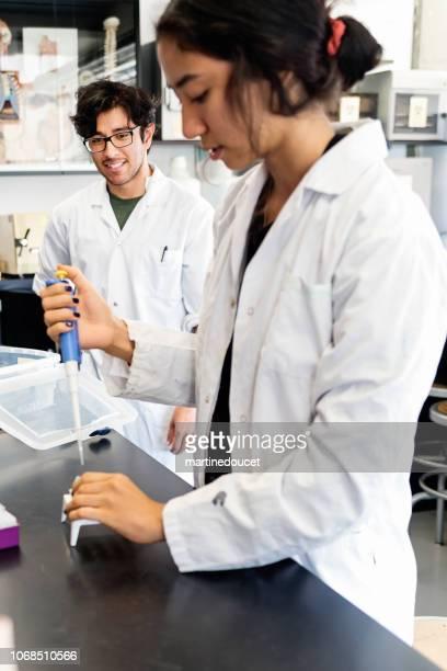 """profesor multiétnica y estudiante de laboratorio de ciencias de la universidad. - """"martine doucet"""" or martinedoucet fotografías e imágenes de stock"""