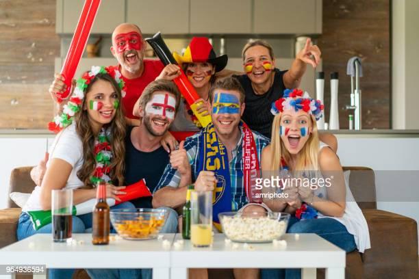 multiétnica de deportes aficionados en equipo ventilador