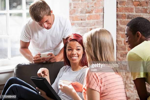 Multi ethniques jeunes amis avec Tablette numérique